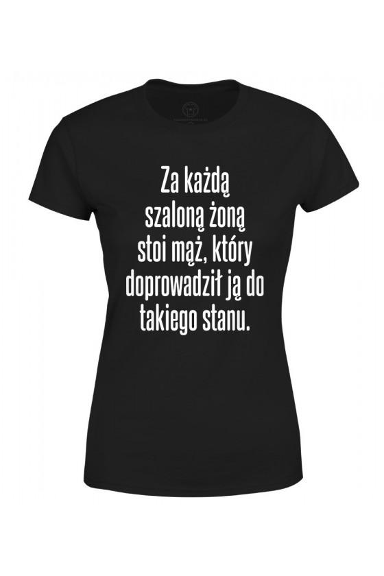 Koszulka damska Z napisem Za każdą szaloną żoną stoi mąż, który doprowadził ją do takiego stanu
